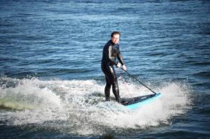 E-Surfboard von CURF im Yachthafen Rathje neben dem Sportboothafen Stickenhörn