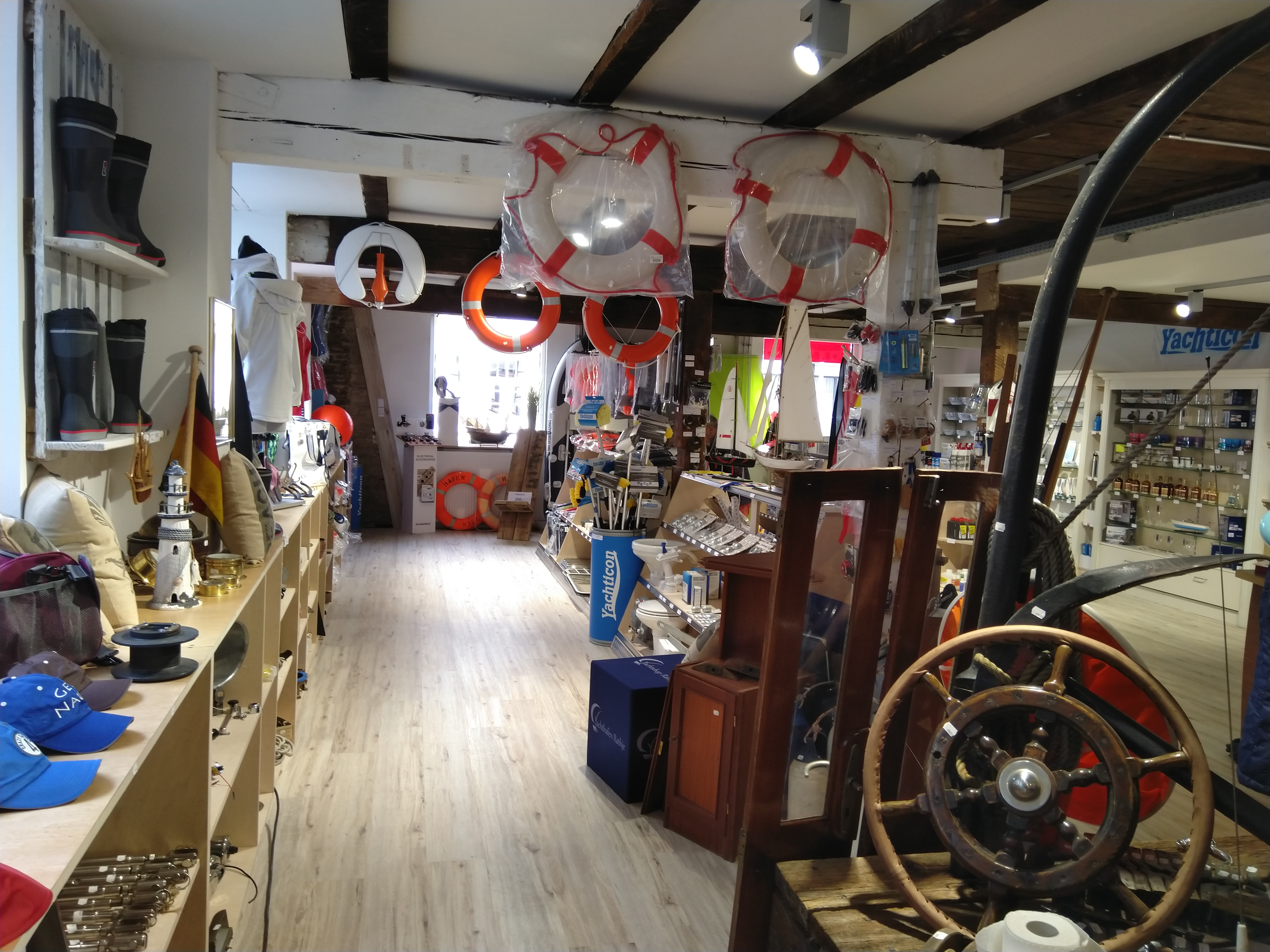Blick in den Verkaufsraum im Yachtshop Rathje in Kiel